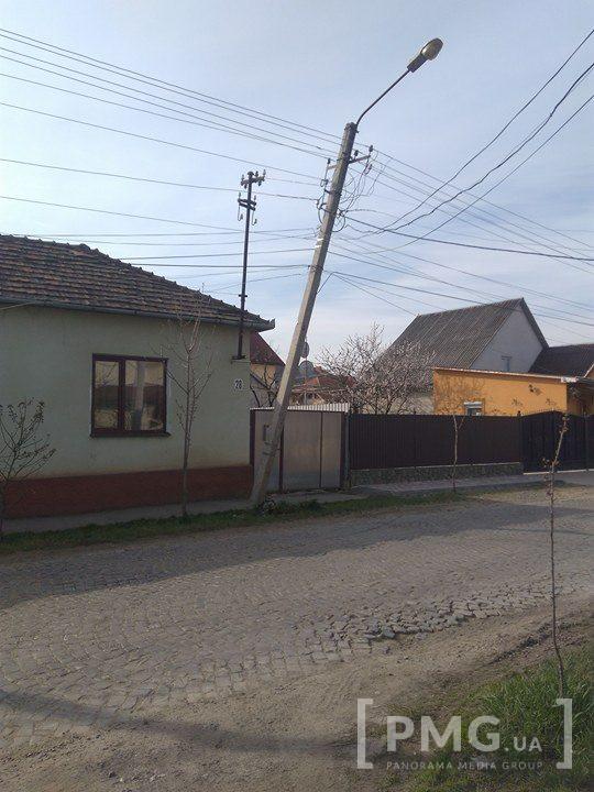 У Мукачеві іномарка розломила електроопору