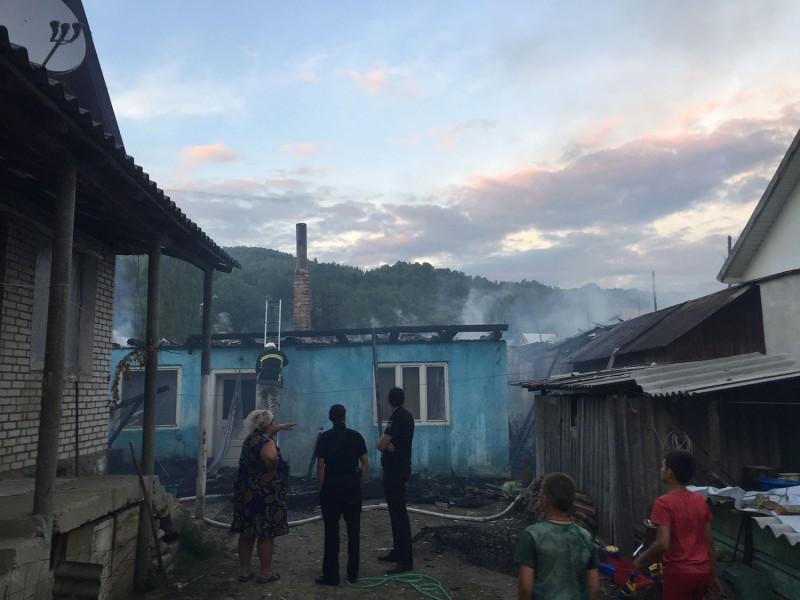 На Закарпатті вогонь знищив три господарські споруди. ФОТО