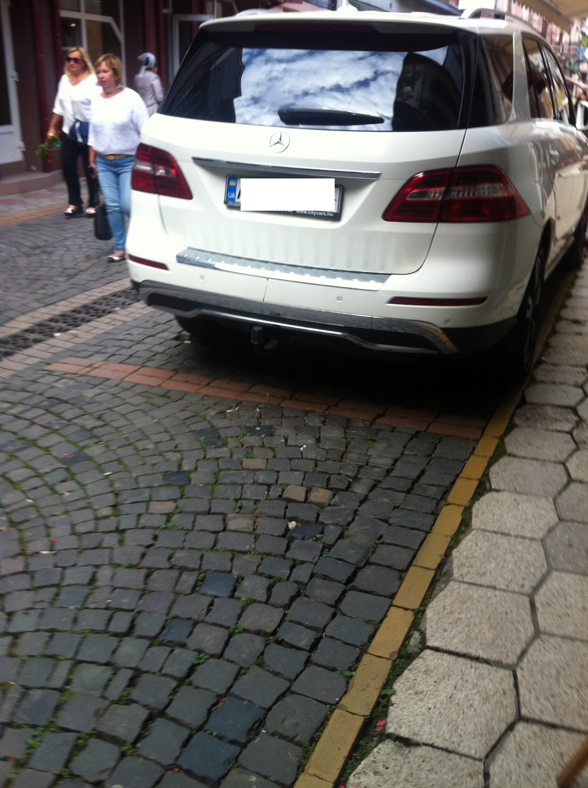 Власників елітних мукачівських автівок штрафують за порушення правил паркування