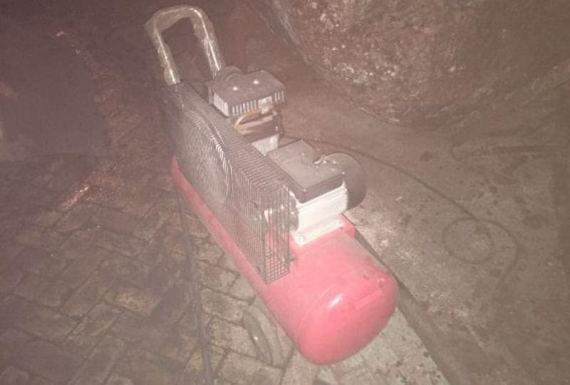 На Закарпатті затримали 12 осіб, які проникли на територію державного підприємства та розпилювали обладнання на метал. ФОТО, ВІДЕО