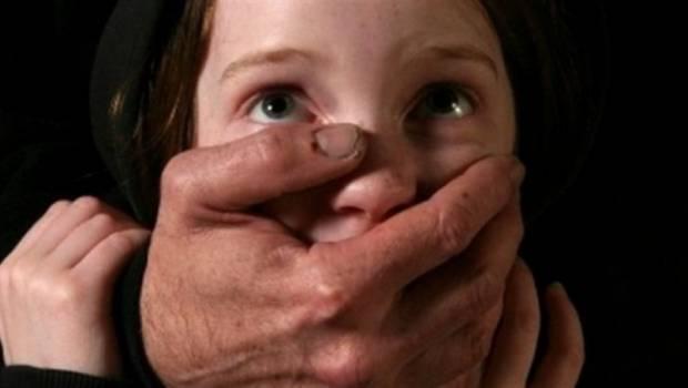 На Виноградівщині молодики роздягли малолітню на очах її мами