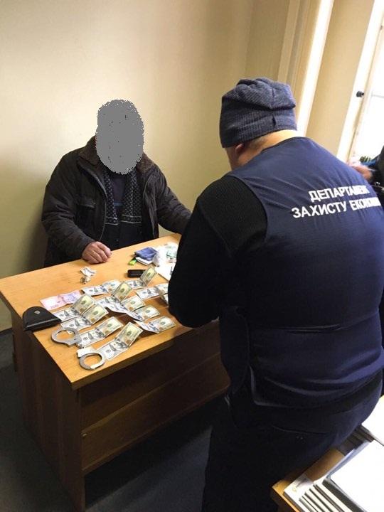 На Закарпатті затримали чиновника на хабарі в 1500 доларів