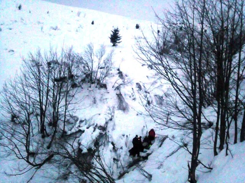 Рятувальники надали допомогу туристці, котра зірвалася з обледенілого схилу та скотилася у 300-метрову прірву. ФОТО
