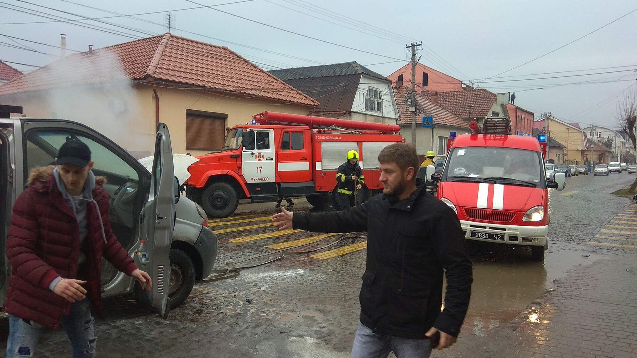 На вулиці Ілони Зріні в Мукачеві загорілася іномарка