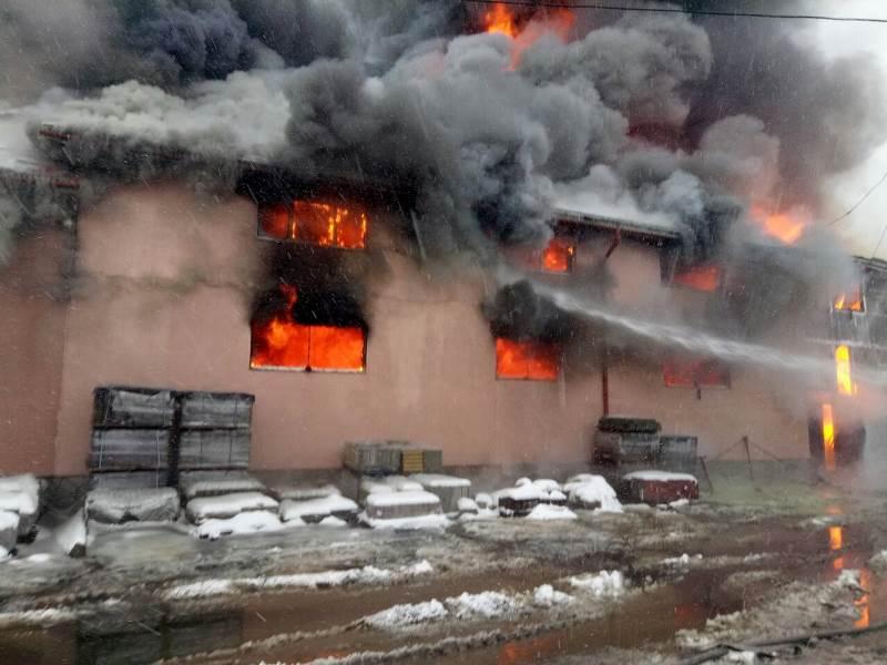 20 січня о 07 08 до Служби порятунку 101 повідомили про пожежу в  чотириповерховому торговому центрі У Сасина  55a6961bdbee5