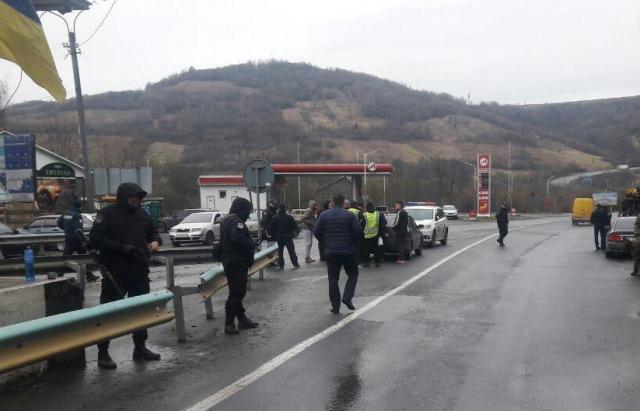 УЗакарпатській області затримали кілька машин збитами, ножами і балаклавами