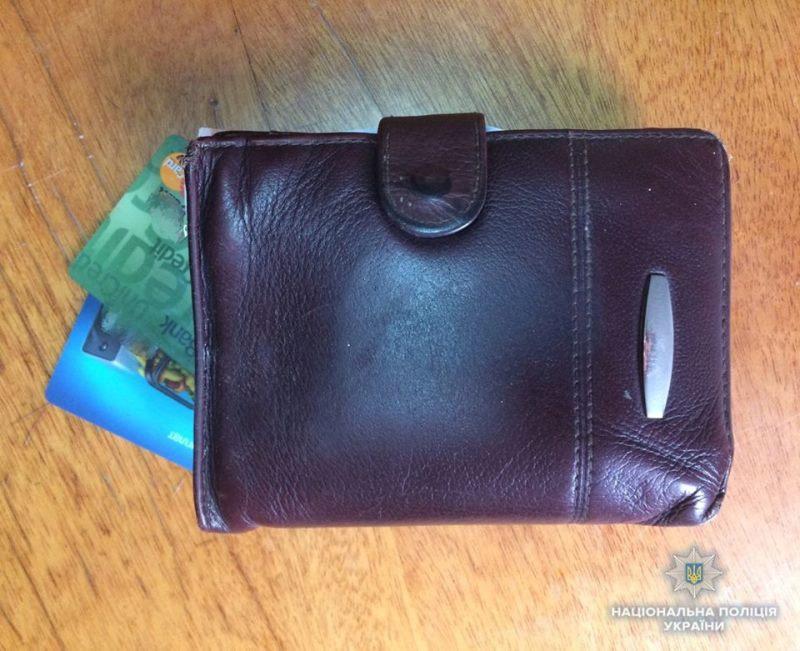 Співробітники Мукачівського відділу поліції на крадіжці грошей з  банківської картки та гаманця викрили вже судимого 19-річного місцевого  мешканця. 2c6d2087c1564