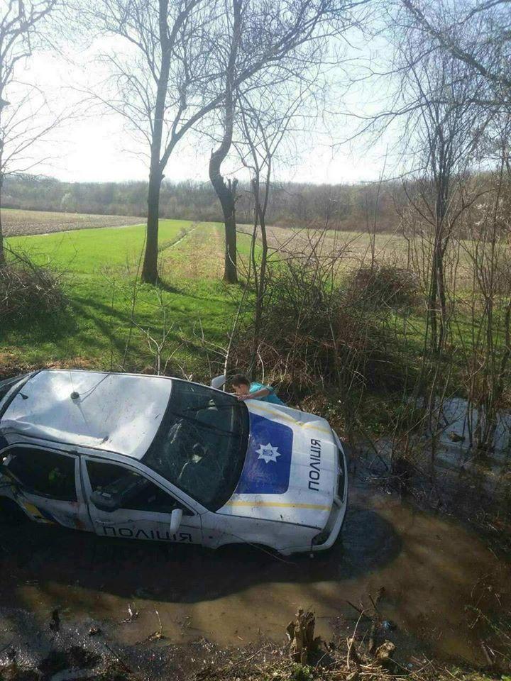 «Поліцейська» ДТП на Берегівщині: авто на шаленій швидкості вилетіло в кювет