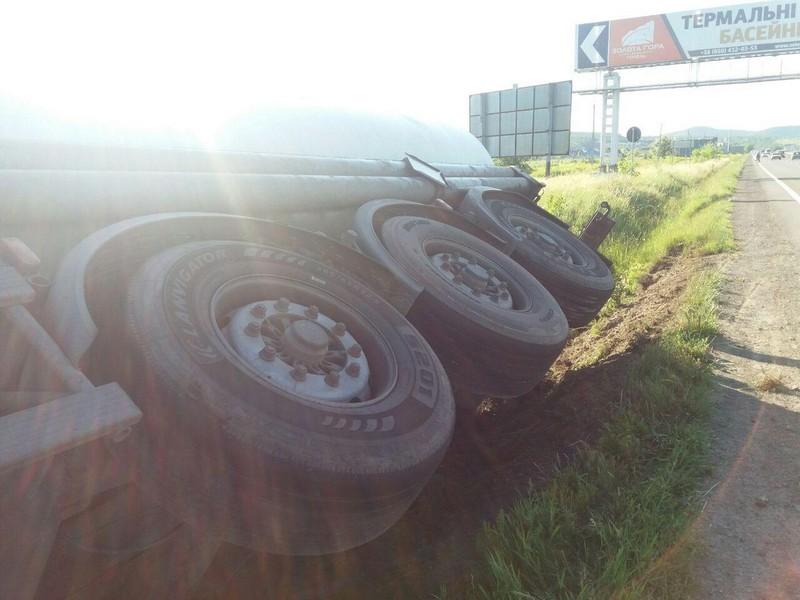 При в'їзді в Ужгород перекинулася вантажівка