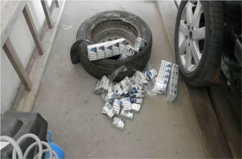 На кордоні з Румунією через тютюнову контрабанду чоловік позбувся автівки