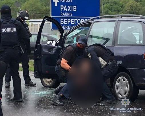 Спецоперація в Мукачеві  зі стріляниною затримали банду наркоторговців. Під  час ... f56a96810a8aa