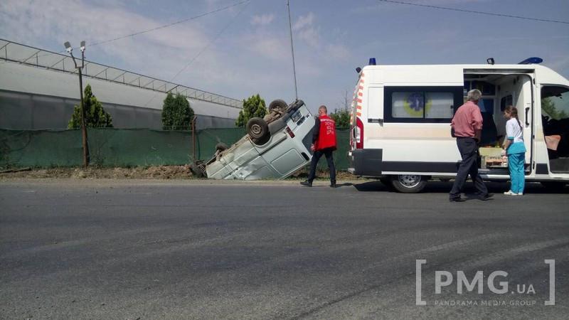Мікроавтобус перекинувся на дах поблизу птахоферми в Мукачеві