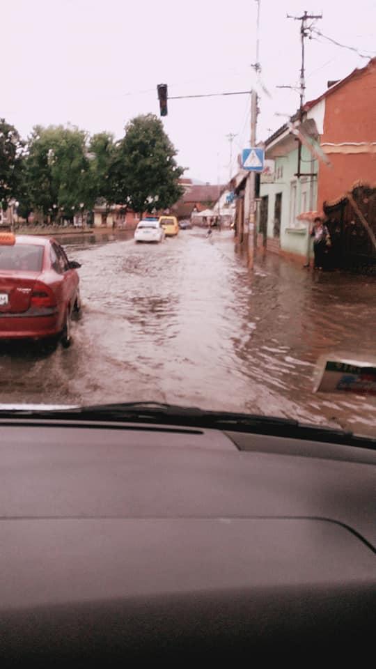 Хустська «ливнівка» програла двобій з дощем: місто залило водою