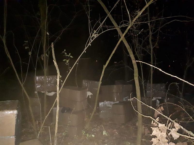 Під покровом ночі закарпатські контрабандисти намагалися переправити сигарети у Румунію. ВІДЕО