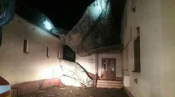Na snímke strhnutá strecha na jednom z rodinných domov v obci Lekárovce v Sobranskom okrese, ktorou sa prehnala veterná smrš v stredu 3. októbra 2018. FOTO TASR - Prezídium HaZZ *** Local Caption *** materiálne škody strecha rodinný dom