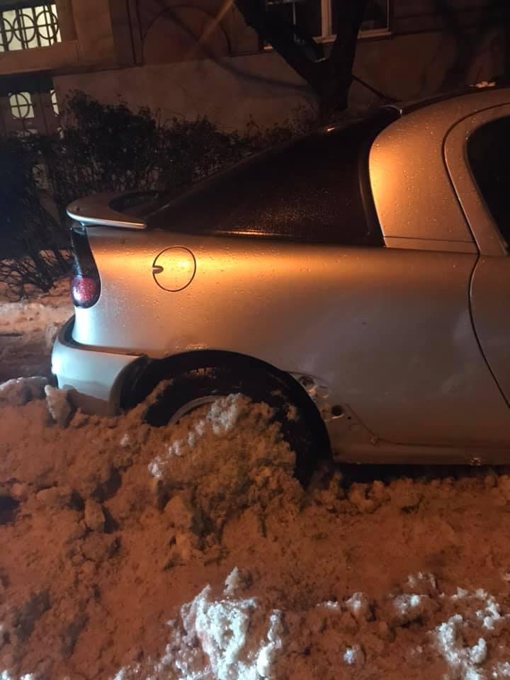 Вночі ужгородські комунальники знесли машину ковшем і протягнули її