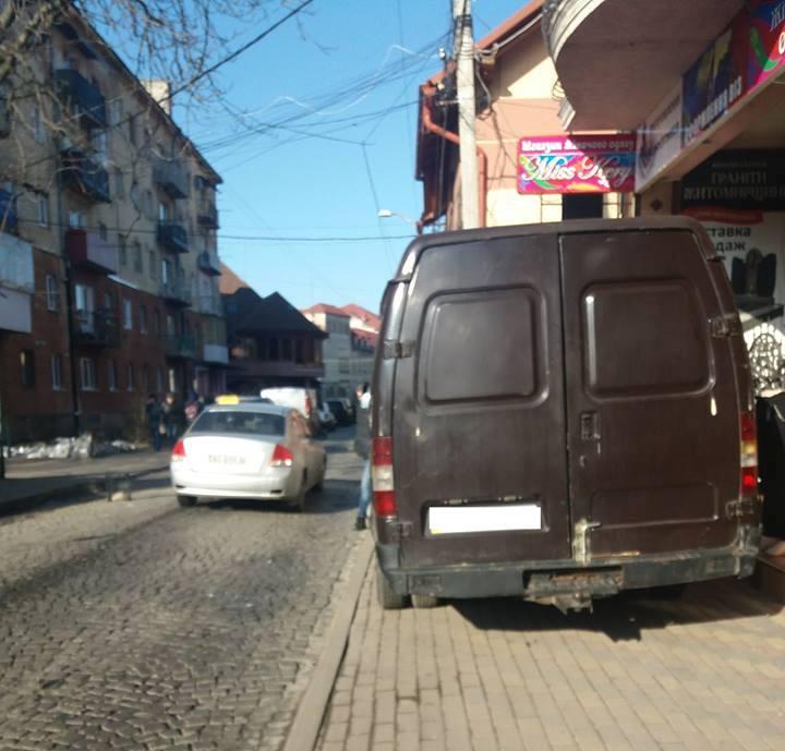 Мукачівські муніципали карають порушників благоустрою і водіїв-«оленів»