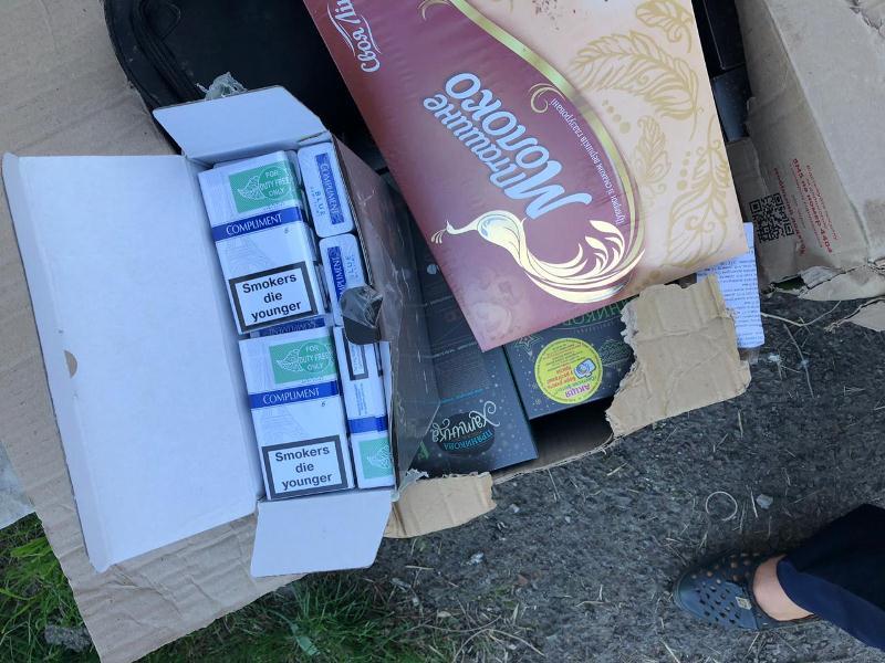 Закарпатські митники вилучили цигарки, які приховувались у коробках з-під пряників. Фото