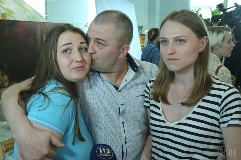 До Києва прибули четверо українців, звільнених з полону бойовиків на Донбасі. Фото. Відео