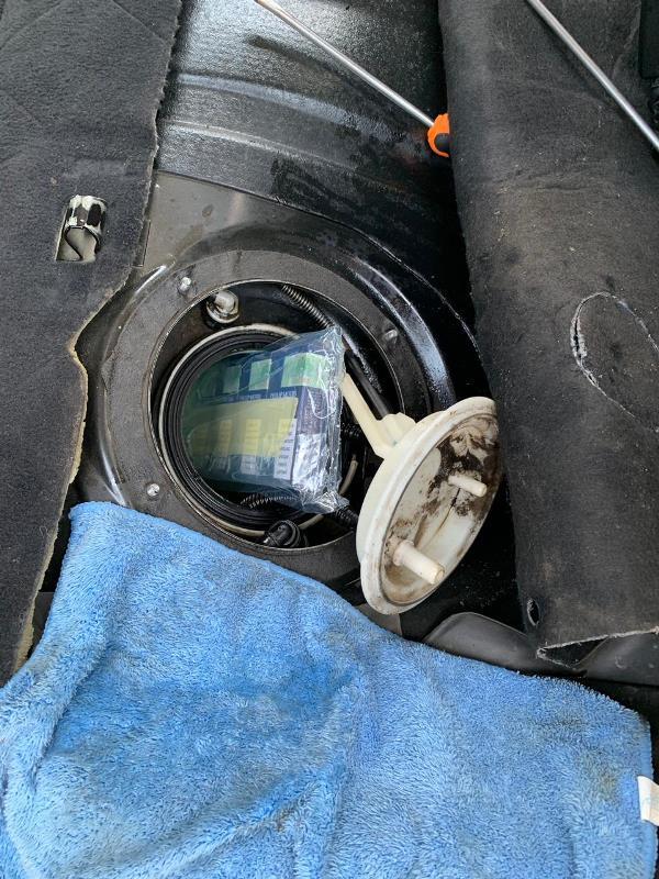 Українка «подарувала» закарпатським митникам BMW «530D» через приховані 130 пачок цигарок