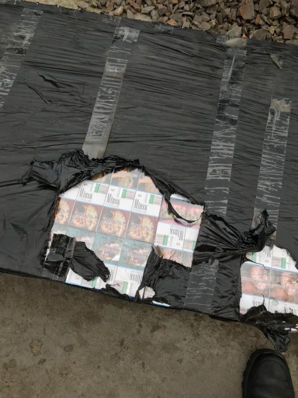 Закарпатські митники у залізничній цистерні з газом виявили 480 пачок сигарет. ФОТО