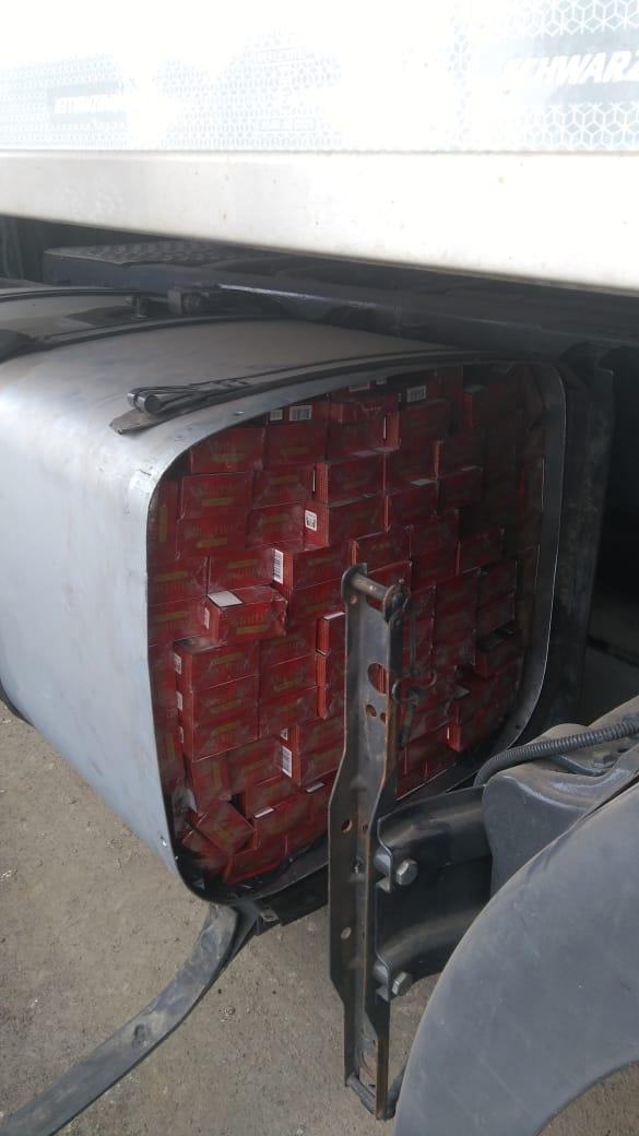 У вантажівці, яка перевозила куряче м'ясо, виявили контрабандний тютюн