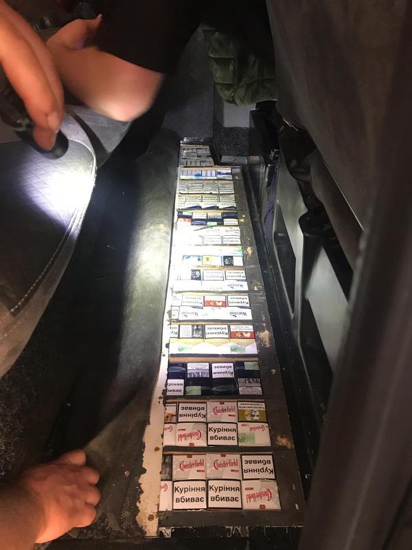 На Закарпатті українець через 600 пачок сигарет позбувся мікроавтобуса. ФОТО