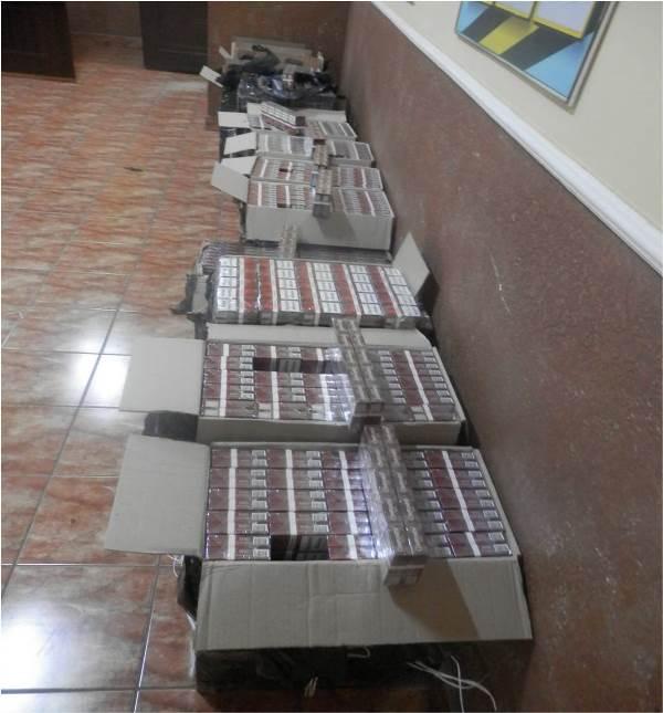 """""""Водолаза"""" та 14 ящиків контрабандного курива виявили охоронці кордону неподалік від Тиси. ФОТО"""