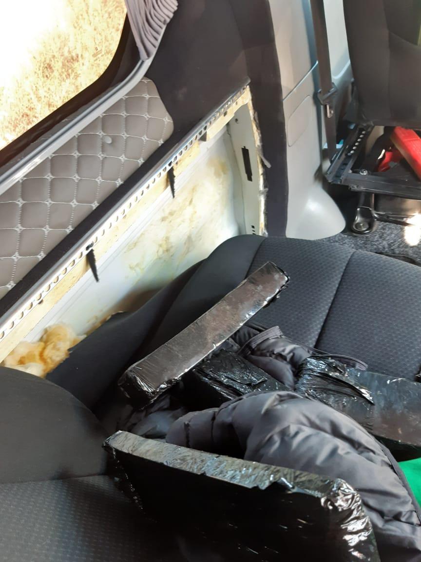 Службовий собака закарпатських митників виявив 470 пачок цигарок. ФОТО