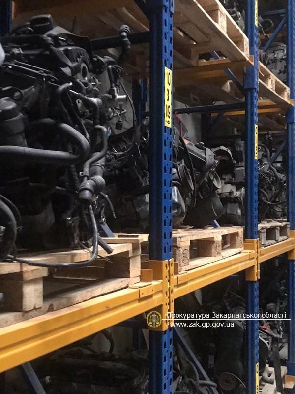 В Ужгороді викрито склад із дороговартісними автозапчастинами, який ухилявся від сплати мита та податків. Фото, Відео