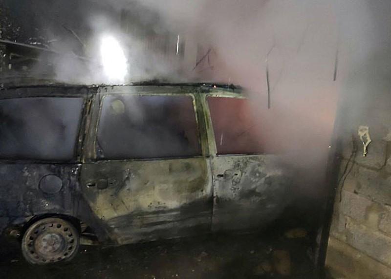 На Виноградівщині у гаражі згоріла автівка. ФОТО