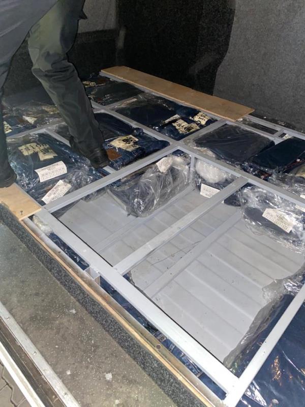 На КПП «Тиса» затримали мікроавтобус із контрабандним одягом