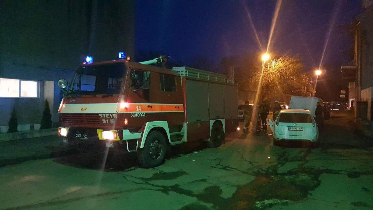В Ужгороді пожежна автівка зачепила припаркований Ford Focus. ФОТО